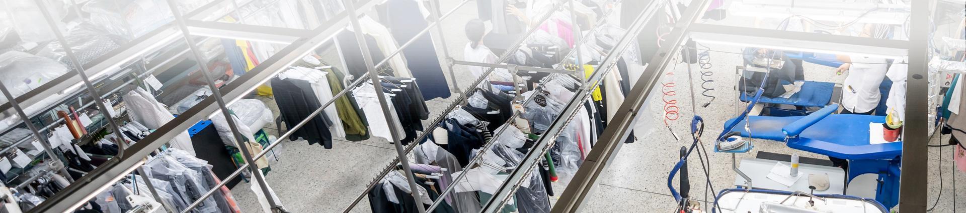 Ubrania na wieszakach w pralni